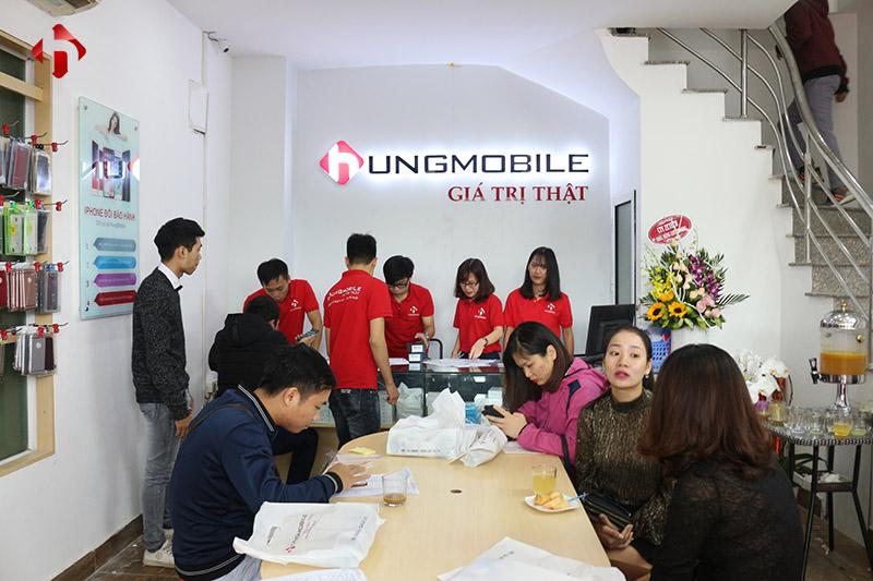 Hình ảnh khách hàng mua hàng tại HungMobile