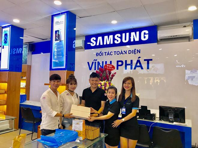 Hình ảnh gia đình Lý Hải tham gia mua sắm tại Vĩnh Phát Mobile
