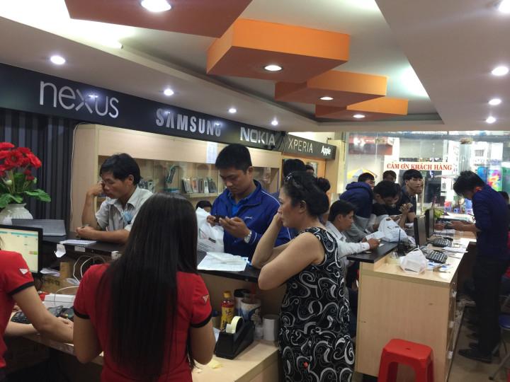 Hình ảnh khách hàng trải nghiệm sản phẩm tại Viettablet
