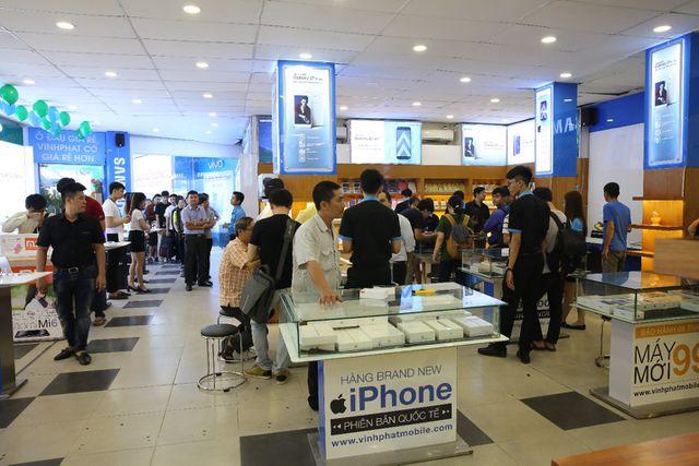 Hình ảnh khách hàng trải nghiệm mua sắm tại Vinhphatmobile