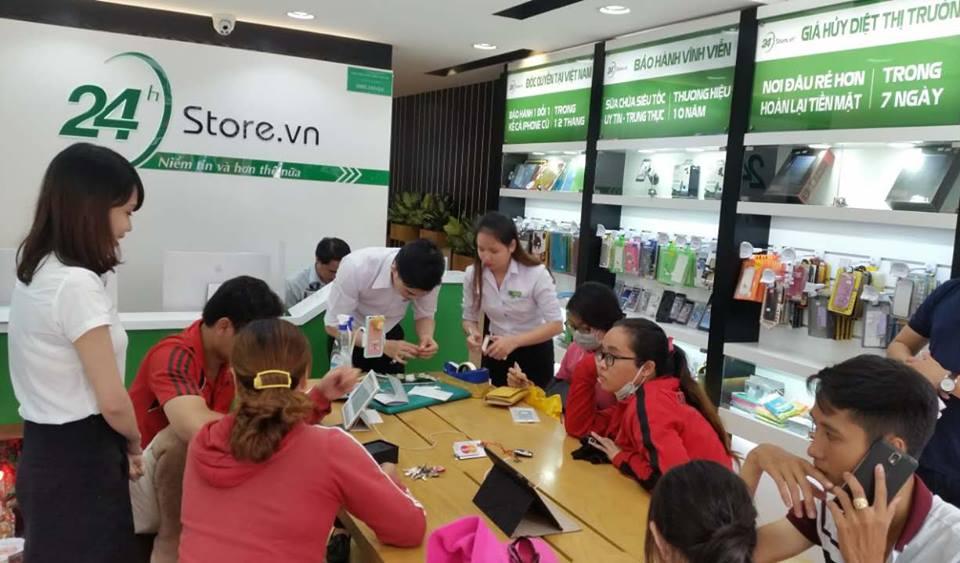 Hình ảnh khách hàng trải nghiệm sản phẩm tại 24hstore