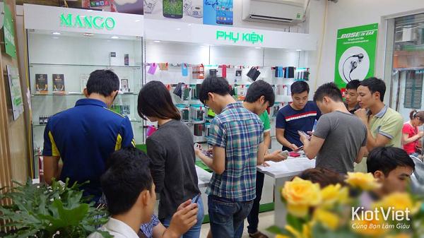 Hình ảnh khách hàng trải nghiệm mua sắm tại Didongmango
