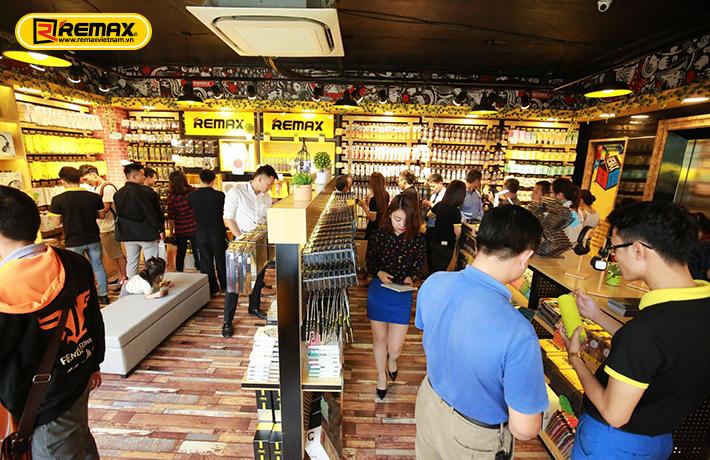 Hình ảnh khách hàng mua sắm tại Remax Vietnam