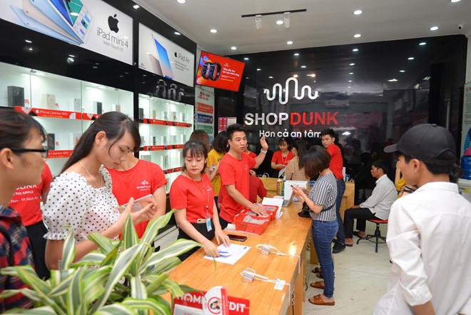 Hình ảnh khách hàng mua hàng tại cửa hàng Shopdunk