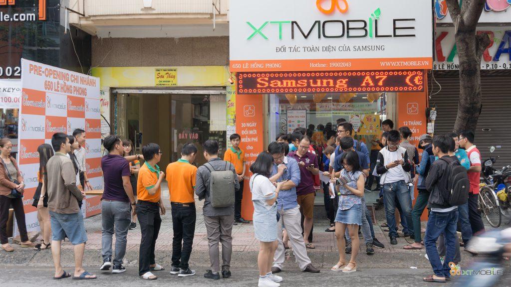 Khách hàng chờ để tham gia chương trình khuyến mãi của Xtmobile